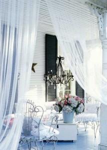romantičan luster na terasi