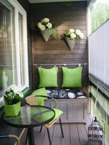 biljke na drvenom zidnom panelu