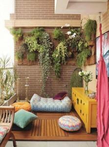 terasa sa biljkama okačenim na zid...