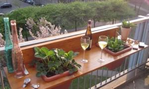 biljke u žardinjerama ugrađenim u sto