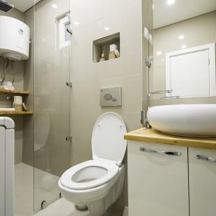 moderno kupatilo sa velikim ogledalom