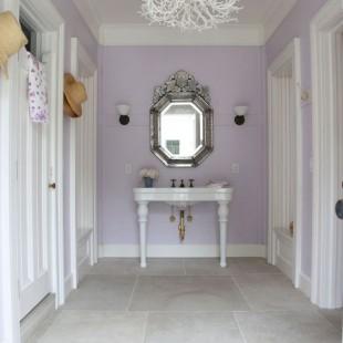 beli luster i zidovi u boji lavande