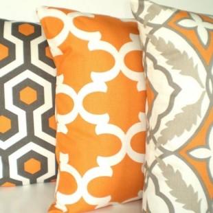 belo sivo narandažasti jastuci