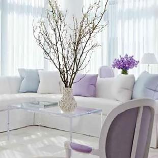 dnevna soba u belo ljubičastoj boji