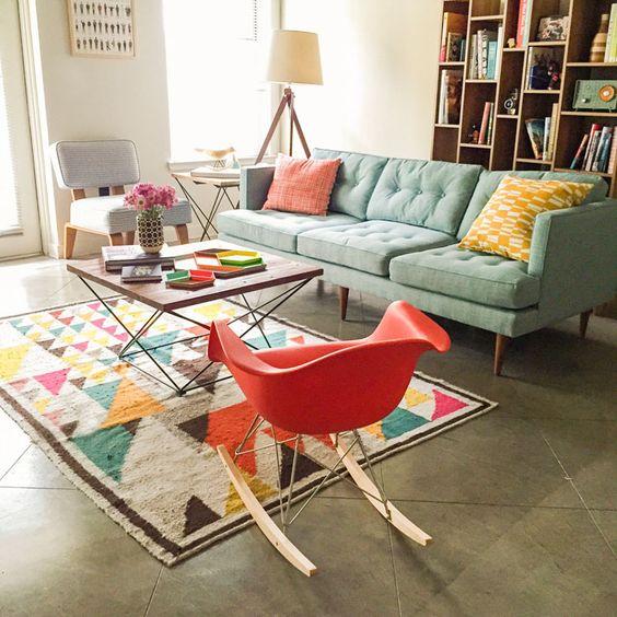 dnevni boravak sa crvenom stolicom u retro stilu
