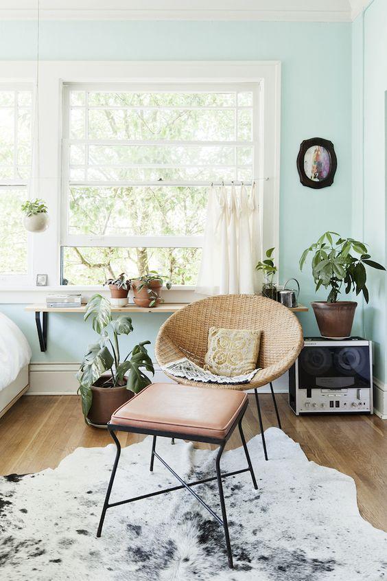 fotelja od trske u retro stilu