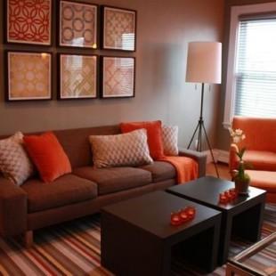klasična dnevna soba sa narandžastim akcentima