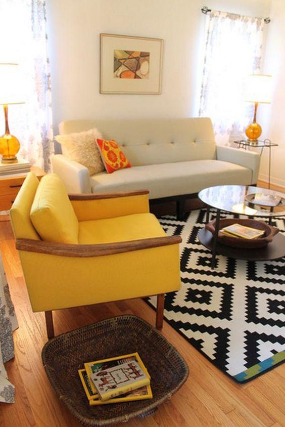 retro enterijer sa žutom foteljom