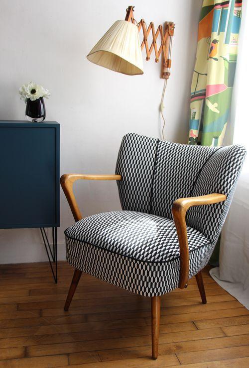 retro fotelja sa crno belim paternom