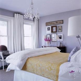 spavaća soba sa svetlo ljubičastim zidovima