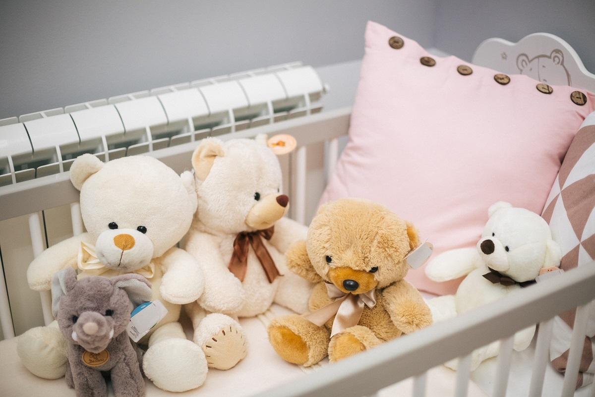 plišani medvedići u krevecu za bebu