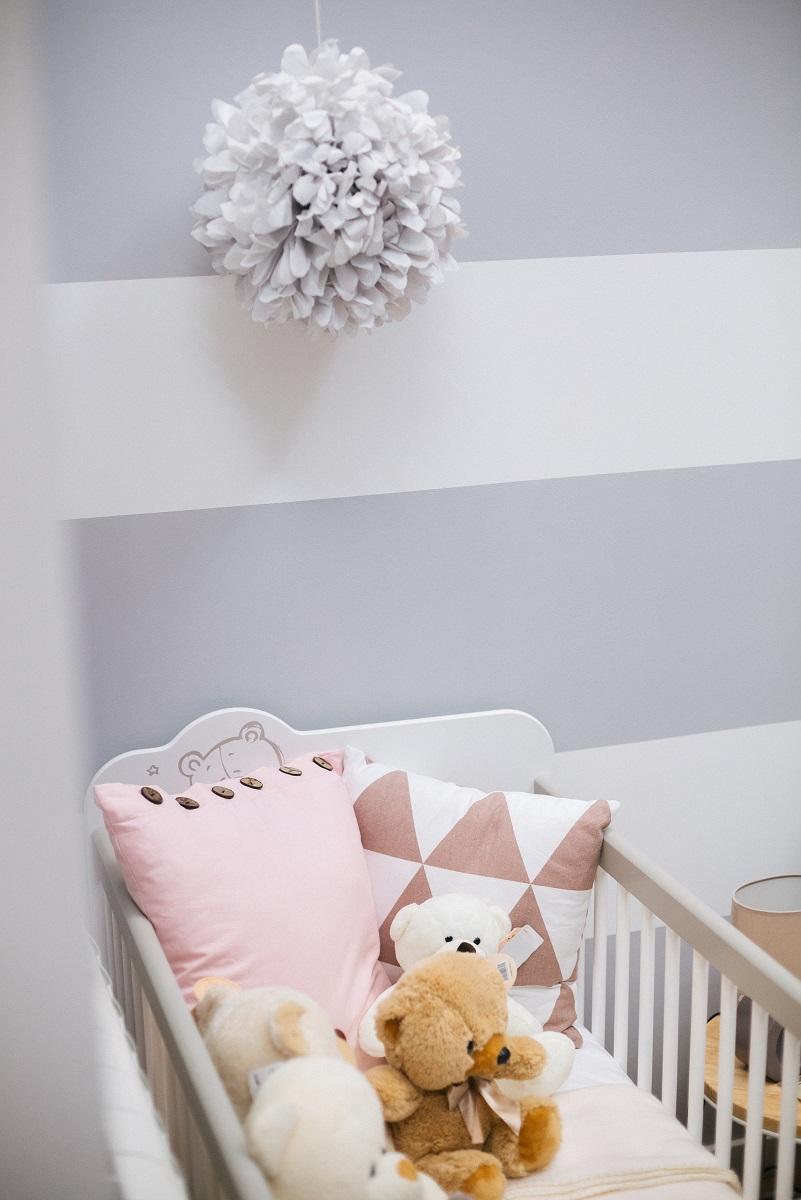 ukras od papira iznad krevetića za bebe