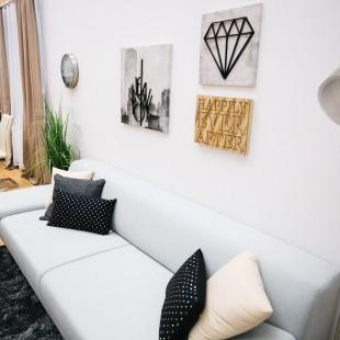 drveni detalji u modernoj dnevnoj sobi