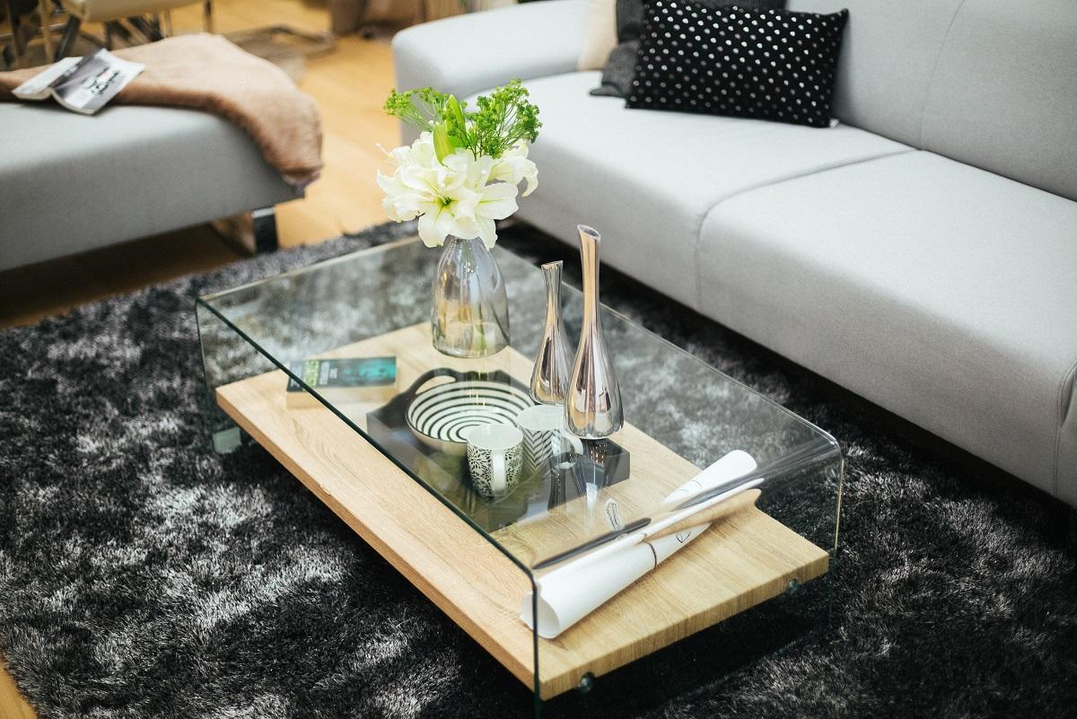 klub sto u dnevnoj sobi