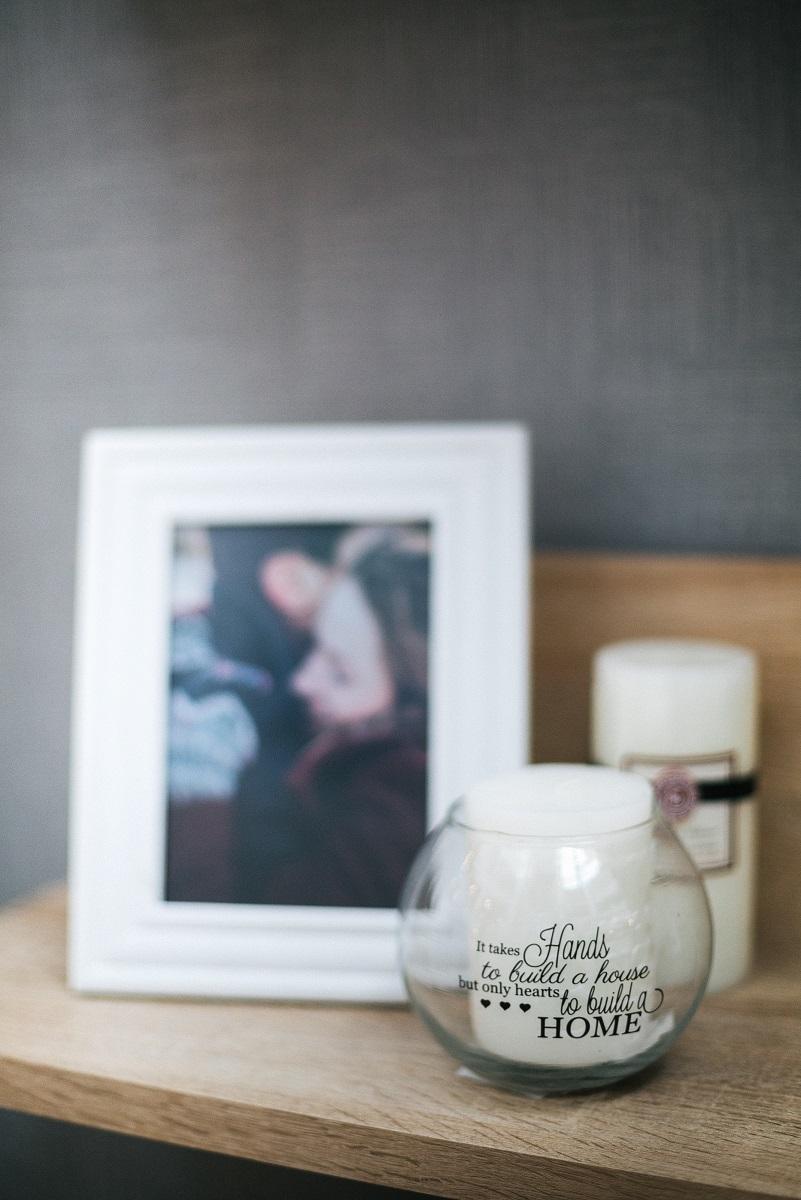 ram za fotografije i svećnjak