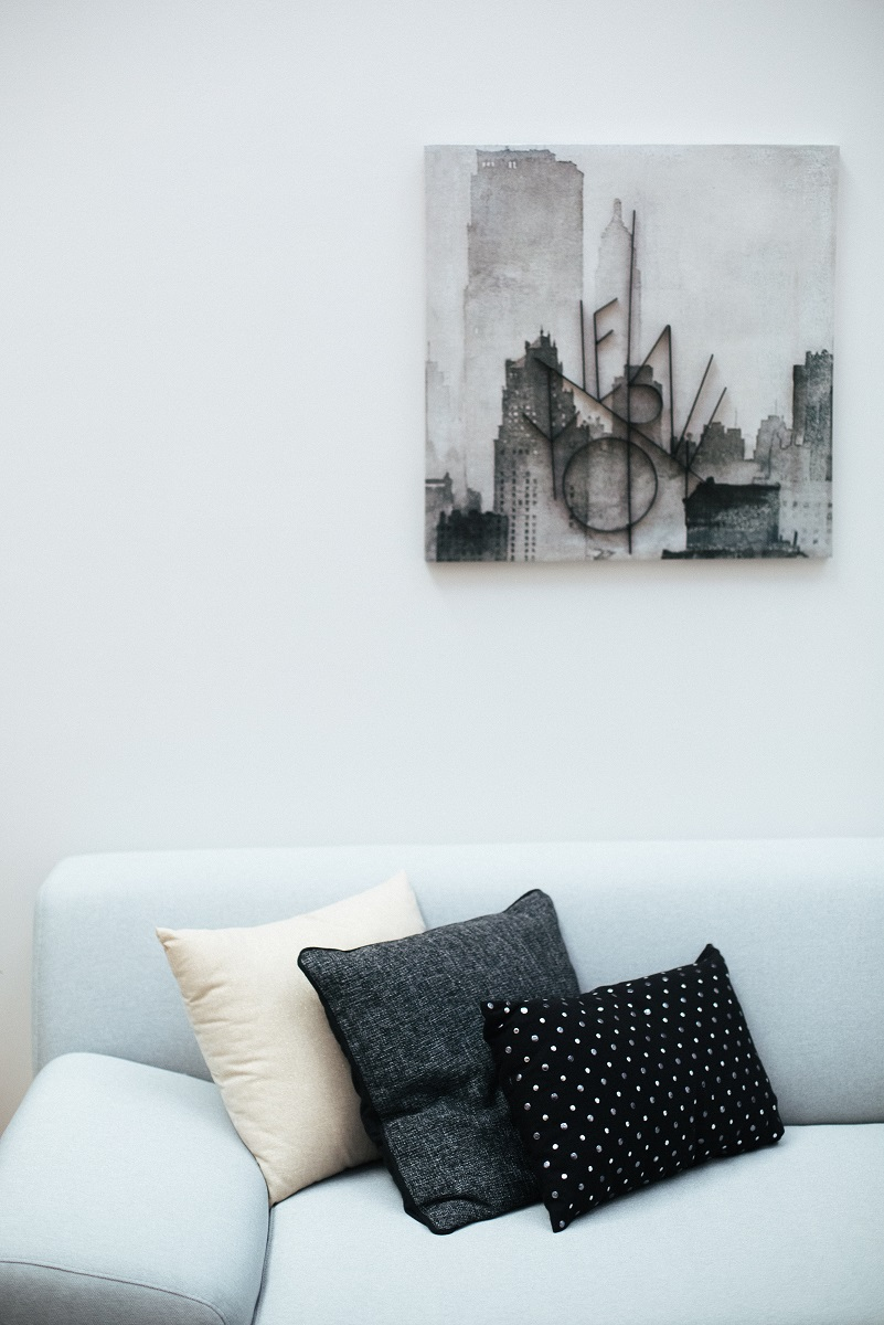 sofa i slika u dnevnoj sobi