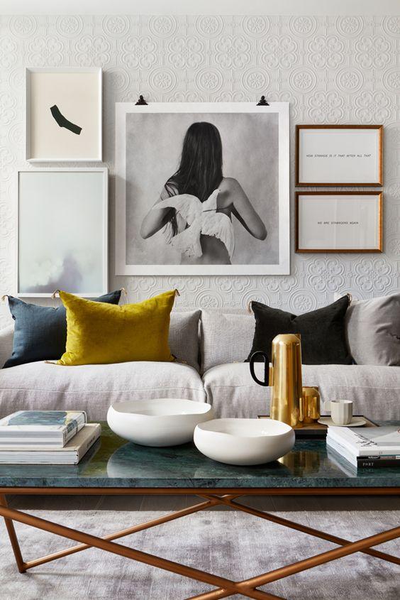detalji-u-senf-zutoj-boji-u-modernoj-dnevnoj-sobi