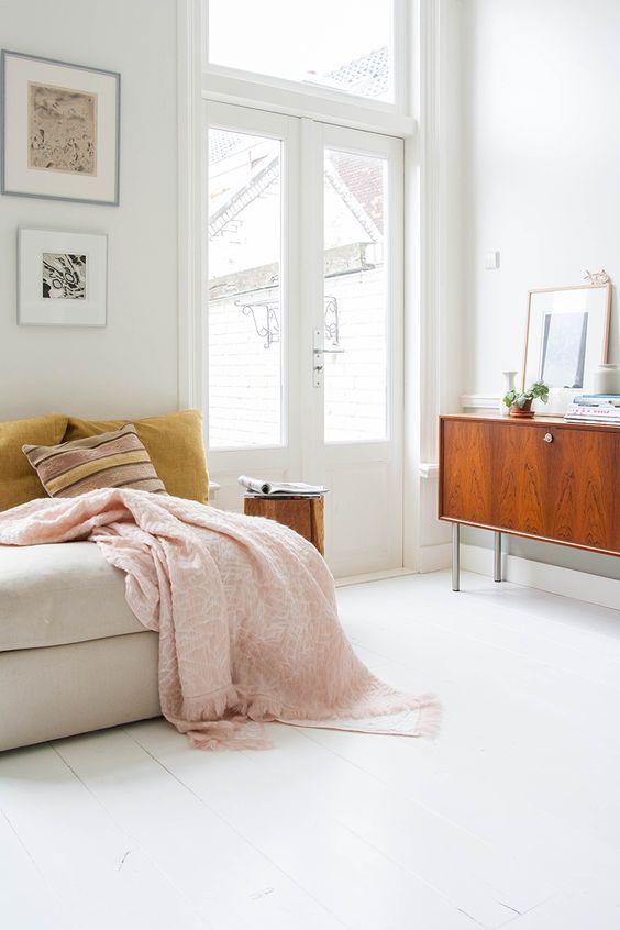dnevna-soba-u-skandinavskom-stilu-sa-jastucima-u-senf-zutoj-boji