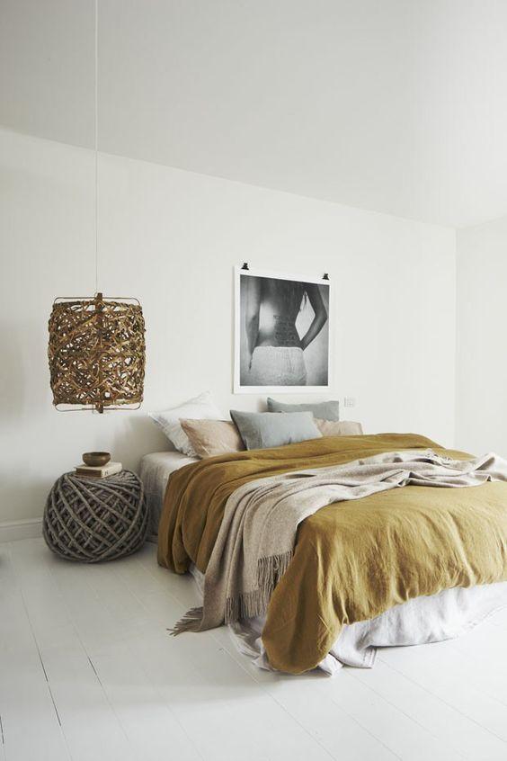 moderna-spavaca-soba-sa-dekoracijom-u-senf-zutoj-boji
