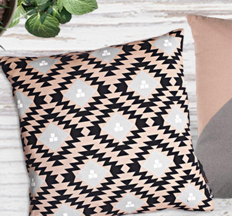 dekorativni jastuci sa geometrijskim motivima