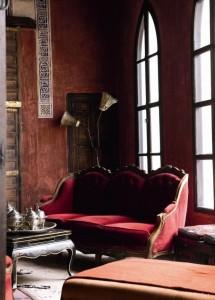 enterijer sofa crvena kruska boja jeseni