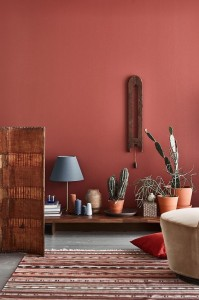 dnevni boravak bordo zid crvena kruska
