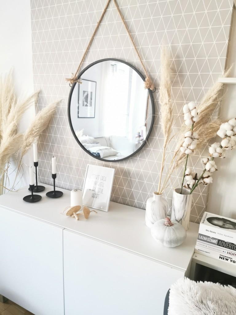 jesenja dekoracija komode sa ogledalom