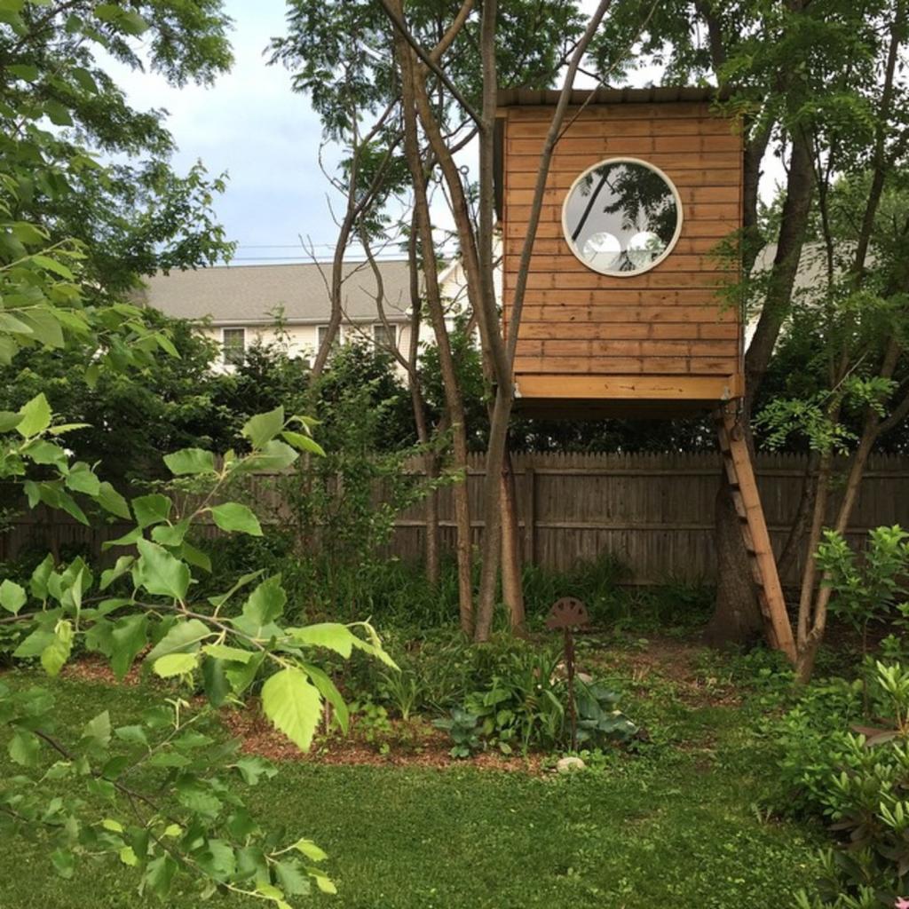 dvorište i kućica na drvetu
